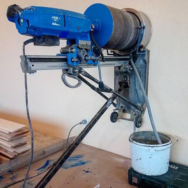 Диаметр 270 мм и 130 мм для прохода трубы дымохода камина и притока воздуха к топке.